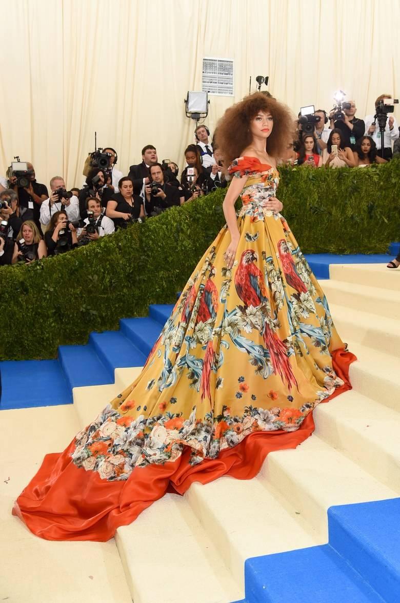 holding-zendaya-met-gala-2017-red-carpet-celebrity-style