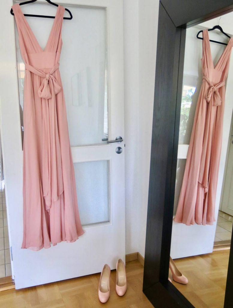 185864f0fb84 Jag tänkte mig först en helt monokrom rosa look med sjal, smycken och  makeup i rosa. Men nu har jag fått reda på att tärnorna kommer att ha  ljusrosa ...