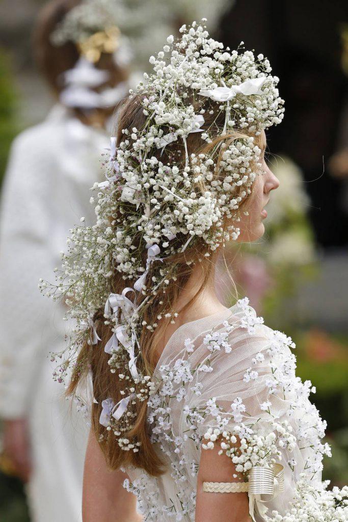 Bröllop, hår, håruppsättning, blommor.