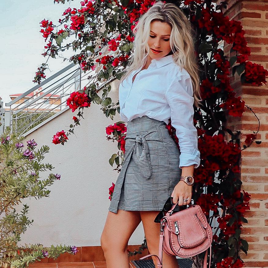 Dagens outfit Göteborg modeblogg Gina Tricot rutig kjol vit skjorta rosa väska