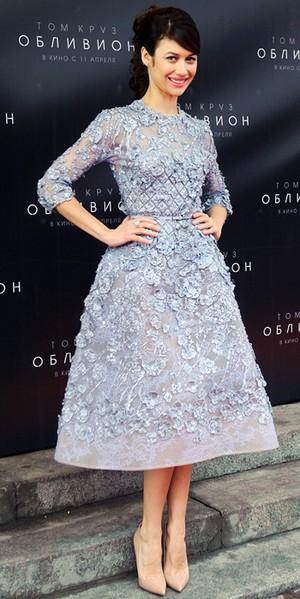 Emmy Rossum glänser i läcker 20-talsinspirerad klänning med fransar från  Naeem Khaan och lite för små sandaletter från Rupert Sanderson. 172c5e1114786