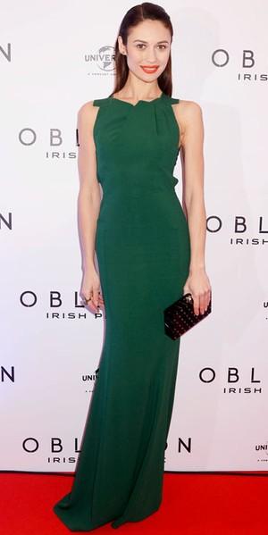 Olga Kurylenko är svalt vacker i mörkgrön långklänning som sitter perfekt 681b4ae12950c