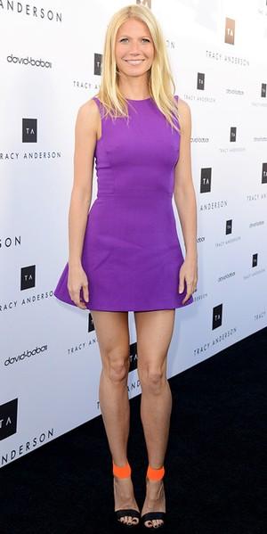 Gwyneth Paltrow strålar i härliga vårfärger med klänning från Victoria  Beckham och neonfärgade sandaletter från Michael Kors. 01d22b731cec8