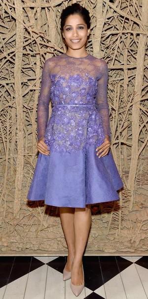 Lily James är den vackraste prinsessa man kan tänka sig i en ljusrosa  volangdröm i off the shoulder-modell från Elie Saab Haute Couture. 92f6a854dd118