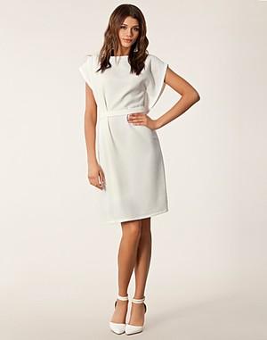 a8860c8d3802 Elegant klänning med band i midjan från Chacharel 6795 kr