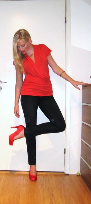Paljettjacka –LaRedoute. Röd draperad topp –HM Jeans –Guess Röda satinpumps  –Scorett Halsband –Disney Couture Ringar –Pilgrim och Asos Armband –Gina  Tricot 884a281e6b4c8