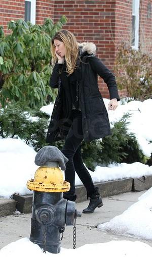Jessica Alba och Gisele möter snöslasket! Jessica Alba i svart kappa 88b0fc2eb85a3