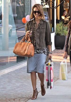 Kate Hudson i en snygg grön militärkappa med svart fårskinnskrage från  Burberry och en läcker väska i brunt skinn! Nina Dobrev från Vampire  Diaries i en ... e5e0d95ee193d