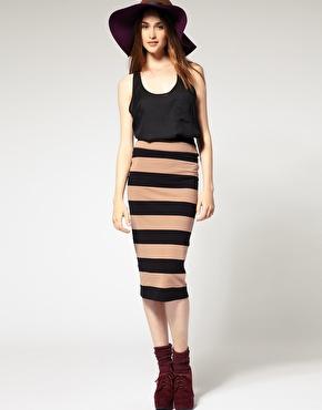 a2ae6d87c1db Den här randiga kjolen skulle passa perfekt till kontoret i höst. Långa  pennkjolar ser vi dessutom mycket av i det damiga 40-tals inspirerade modet  som ...
