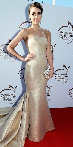 f0cd03143596 Jessica Alba strålar i underbart vacker aftonklänning i guld och matchar  med en liten boxclutch i vitt.
