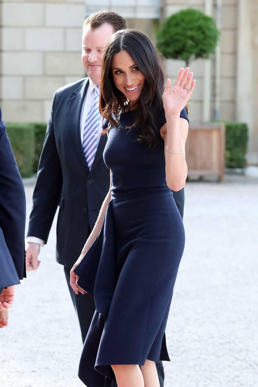 753315329eab Igår fick vi första bilderna på Meghan inför bröllopet. Hon anlände med sin  mamma till hotellet där de ska göra sig i ordning. Hon bar en marinblå  klänning ...
