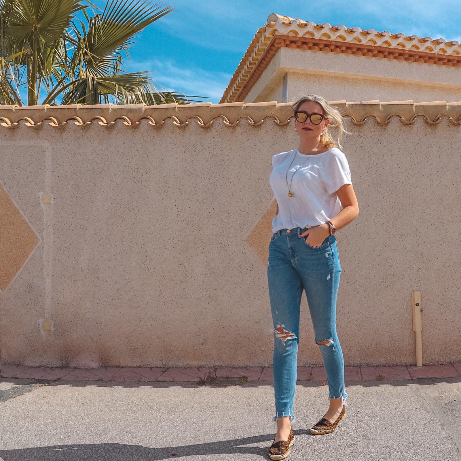 1848259da478 Här kommer en dagens outfit från Spanien. En väldigt enkel sådan, men det  är också det som är själva grejen. Det är många dagar då jeans och T-shirt  eller ...